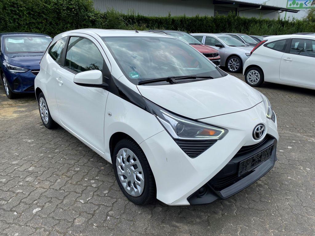 Toyota Aygo x-play Klima USB Allwetter LED TFL ISOFIX, Jahr 2018, Benzin