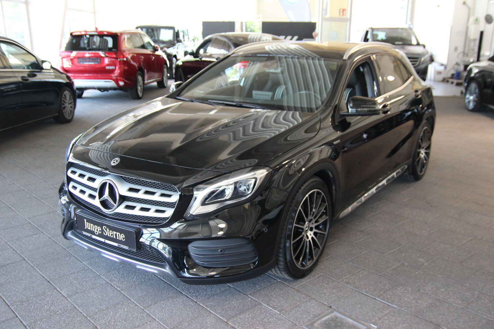 Mercedes-Benz GLA 250 4M AMG Line/AHK/Navi/Kamera/LED Styling, Jahr 2017, Benzin